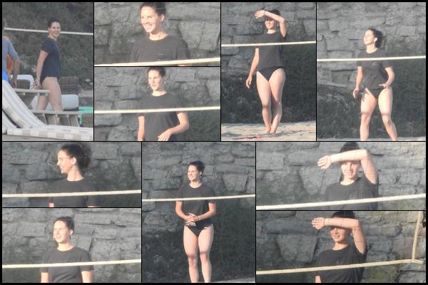 26.08.2018 : Lana Del Rey a été vu jouant au volleyball sur une plage de Malibu , photos de mauvaise qualité
