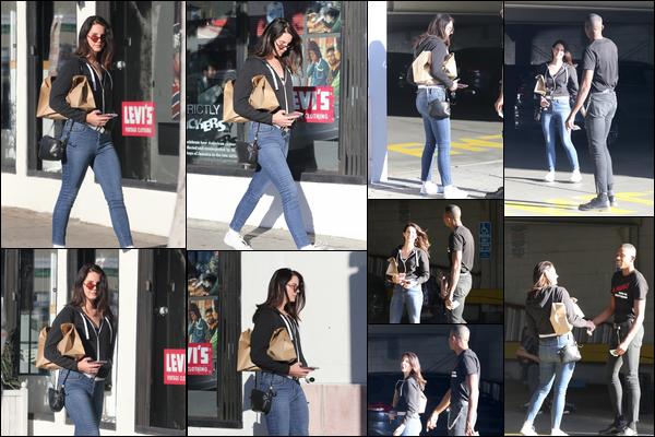 19.10.2018 : Lana Del Rey , avec un ami était de sortie et à été aperçue se baladant dans la ville de Los Angeles