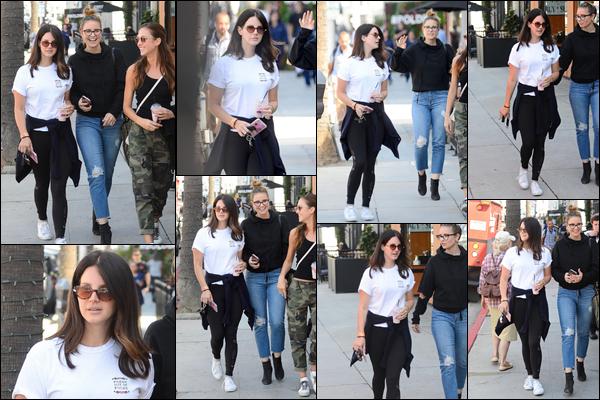 10.10.2018 : Lana Del Rey , avec des amies et boisson à la main était de sortie dans la ville de Beverly Hills