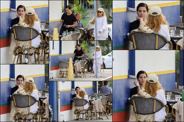 06.11.2018 : Lana Del Rey  était en pleine conversation avec une amie dans un café à West Hollywood (Californie)
