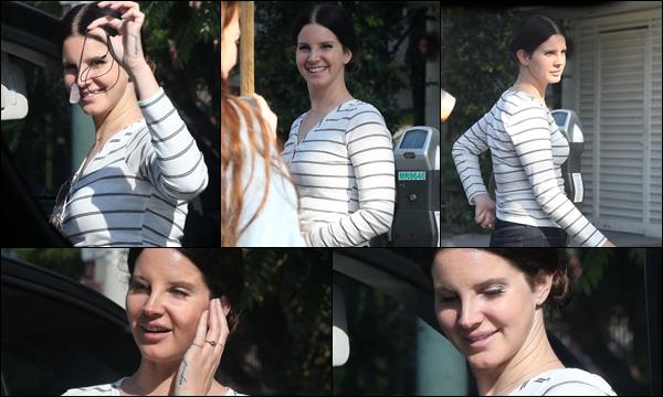 25.03.2019 :Lana Del Rey , magnifique à été photographiée en train de faire du shopping à ▬ Los Angeles  Lana Del Rey était vraiment très souriante , je lui accorde un énorme top pour cette sortie et son T-shirt marinière !