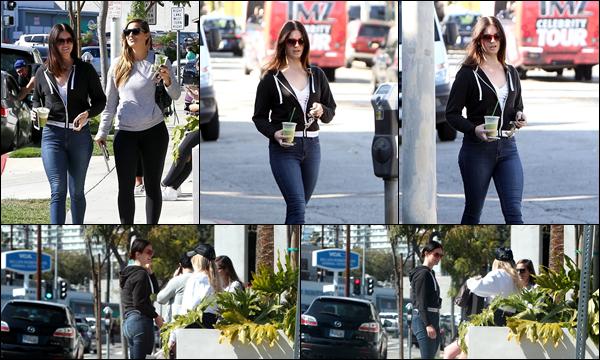28.03.2019 :Lana Del Rey était en compagnie d'une amie au Cha Cha Matcha à West Hollywood (Californie)  Lana Del Rey et son amie ont pris un thé glacé - Lana est vraiment magnifique , j'aime beaucoup sa tenue c'est un top