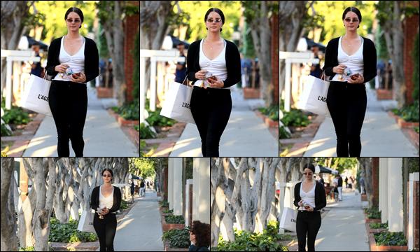 17.04.2019 :Lana Del Rey a été photographiée se promenant dans les rues de West Hollywood en Californie  En cette belle journée ensoleillée Lana avait des lunettes de soleil et une tenue simple et sobre mais jolie, c'est un top pour ma part