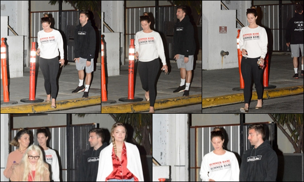 22.05.2019 :Lana Del Rey a été photographiée quittant une église avec Annie et Sarah située à Los Angeles  Lana Del Rey fait beaucoup de sorties de services ecclésiastiques en ce moment mais en tout cas j'aime beaucoup sa tenue c'est un top
