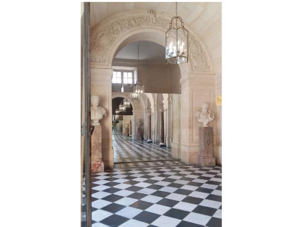 Rez de chaussée - Aile centrale -  93 Hall d'accès vers l'escalier de la reine et l'appartement de la dauphine.
