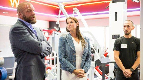 Équipe @WWE w / « Entraîneurs » @StephMcMahon n @TripleH pour #NYCMarathon de formation pour sensibiliser et fonds pour #ConnorsCure!