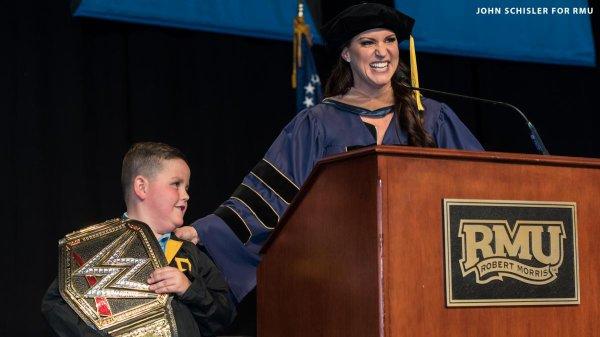 Stephanie McMahon prononce le discours de lancement à l'Université Robert Morris