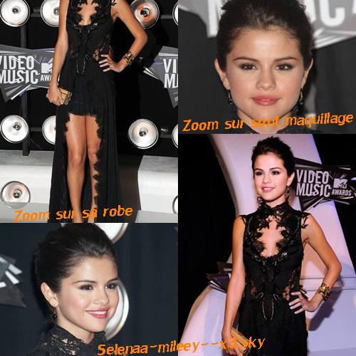 28 Août 2011 - C'est avec une jolie robe noire que Selena arrive pour prendre la pose au « MTV Video Music Awards » à Los Angeles .