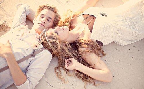"""Trouve un homme qui dit de toi que tu es belle, qui te rappelles quand tu raccroches au nez, qui restera éveillé juste pour te regarder dormir. Attends l'homme qui t'embrassera le front, qui aura envi de te montrer au monde entier alors que tu es en pyjama, qui te tiens la main et dit à ses amis """"Voilà,  c'est elle que j'aime"""