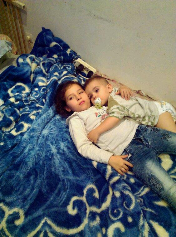 Câlin entre frère et soeur