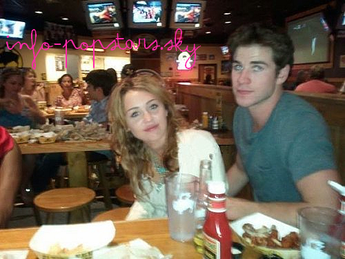 Miley et Liam Chez Buffalo Wild Wings dans le Michigan - le 16 juillet 2011