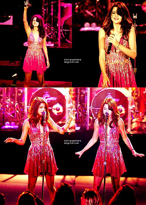 WOOOOOOOOW!!C'EST MON 5O eme ARTICLE!!!Et apres tout c'est grace a vous ;)Thanks!! Concert Le 24 juillet 2011, Selena a donné un concert à O.C.Fair en Californie. Elle y a chanté plusieurs chansons telles que : « We Own The Night » , « When The Sun Goes Down » , «-Bang Bang Bang » & « My Dilemma » . Durant le concert son  Justin Bieber lui a fait -une surprise en se ramenant sur scène. Côté tenue : sa robe est moche et ses ballerines aussi même si elle est bien coiffé c'est un FLOP. Ton avis?