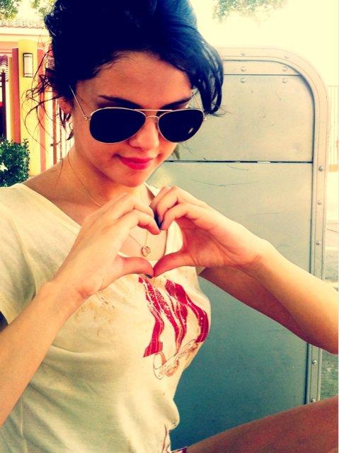 Candids La célèbre chanteuse et actrice adolescente Selena Gomez a visité le monde magique de Harry Potter à Universal Orlando avec de sa famille et ses amis le vendredi 29 juillet pour moi c'est un big top le chandail avec les lignes lui va super bien :)