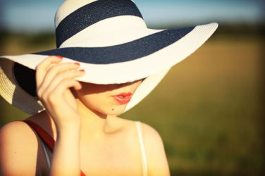 Décidément la folie des chapeaux m'envahit .Mais de là à ce que je finisse comme Geneviève, il y a de la marge (j'espère!)