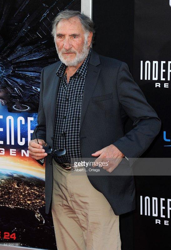 Julius Levinson ( Judd Hirsh )