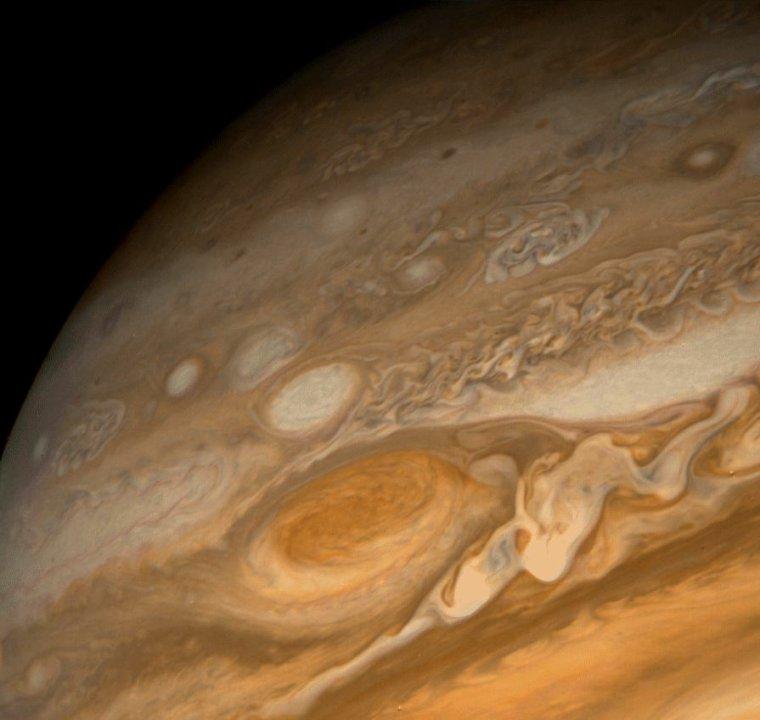 Inexpliquées couleurs des nuages de Jupiter