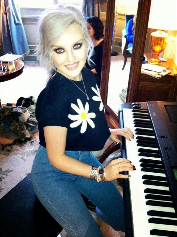 Perrie qui joue du piano <3