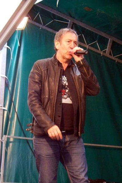 voici un chanteur qui etais a liart ....françois feldman.. il y avait 2500 personnes