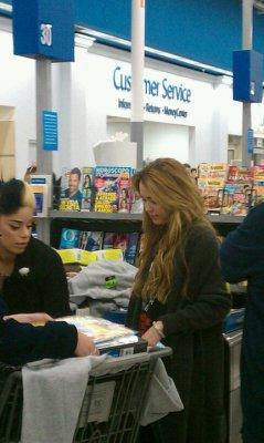Découvrez une nouvelle photo de Miley Cyrus prise par une fan lorsque notre miss faisait quelques courses ce mercredi 9 décembre 2010, dans un Walmart hier en Louisiane.