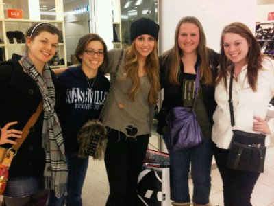 Voici une nouvelle photo de Miley posant avec ses fans.
