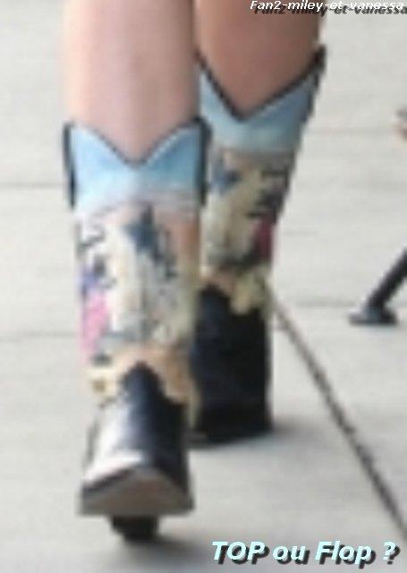 Découvrez de nouvelles photos de Miley Cyrus se promenant ce jeudi 30 décembre 2010 à West Hollywood.