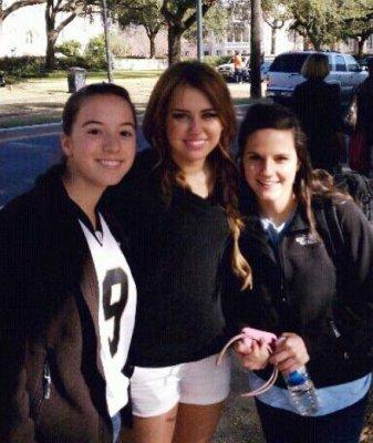 Voici une photo de Miley prenant la pose avec ses fans.