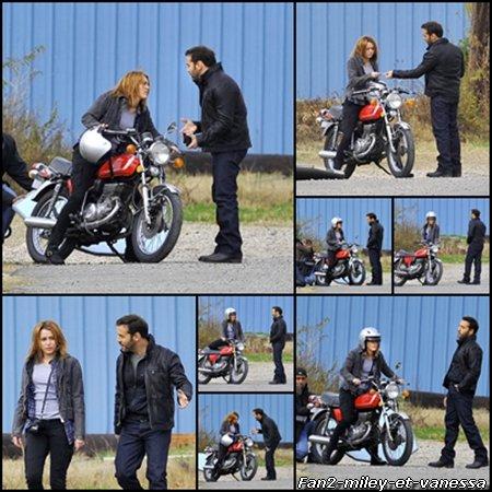 Voici des photos de Miley Cyrus sur le tournage du film So Undercover ce lundi 10 janvier 2011. Elle était accompagnée de Jeremy Piven qui joue dans la série Entourage.