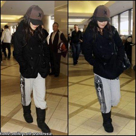 Vanessa à été vue à l'aéroport LAX ce jeudi 6 janvier 2011.