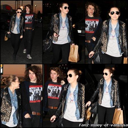 Voici de nouveaux candids de Miley qui était de sortie avec son frère Braison ce jeudi 10 février 2011.