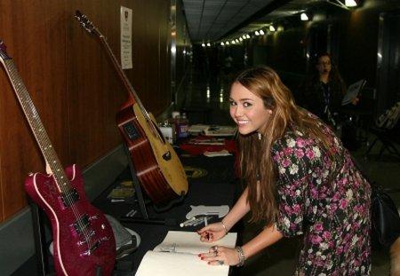 Voici de nouvelles photos de Miley Cyrus aux Pre Grammy Awards qui se sont déroulés ce samedi 12 février2011 au soir.