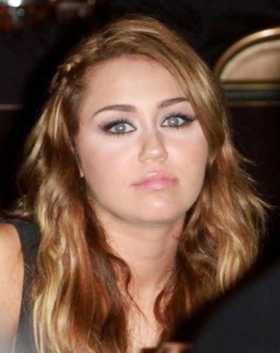 Voici des photos de Miley Cyrus lorsqu'elle recevait ce vendredi 18 février 2011 au soir, un prix pour son implication dans l'association Get Ur Good On.