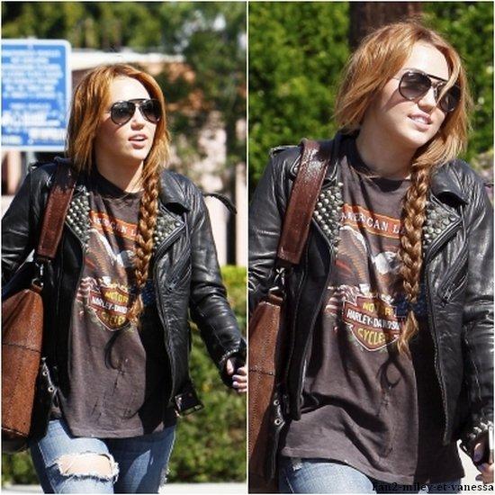 Voici de nouvelles photos de Miley Cyrus qui était de sortie ce lundi 11 avril 2011, pour déjeuner avec sa petite soeur Noah à Sharky's. Elle à aussi prit le temps de faire des photos avec ses fans.
