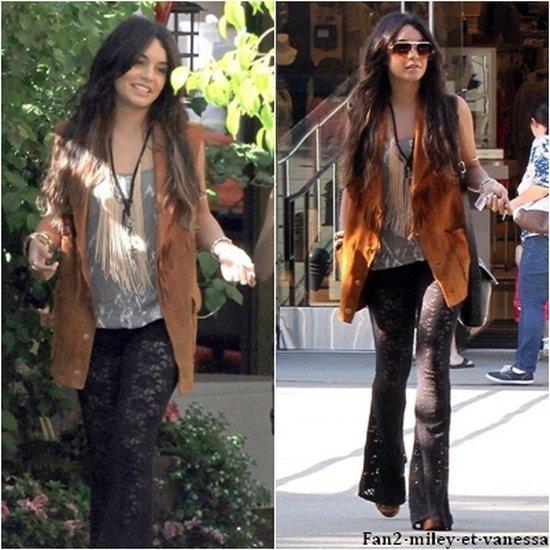 Ce jeudi 28 avril 2011, Vanessa a été vue faisant du shopping au Westfield Mall de Sherman Oaks avec sa petite soeur et sa mère.