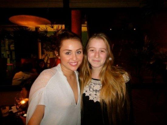 Voici une photo de Miley posant avec une fan en Argentine.
