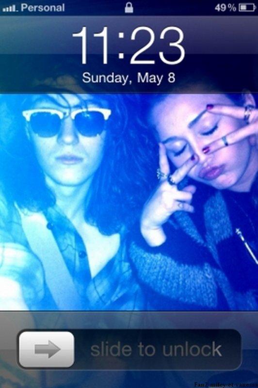 Miley a passé la Fête des Mères avec sa mère Tish. Voici des photos personnelles de la miss, ainsi qu' une photo du fond d'écran de son téléphone portable.