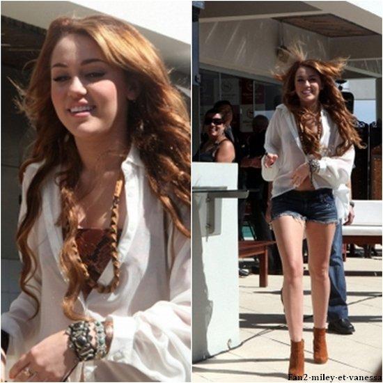 Miley a tenu une conférence de presse ce mardi 10 mai 2011, à Asuncion, au Paraguay afin d'y parler de sa tournée. TOP ou FLOP sa tenue ? Vous aimez son vernis à ongles ?