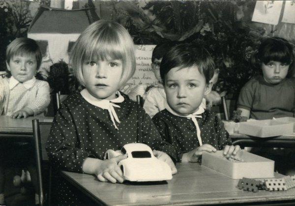 En noir et blanc, tenues identiques