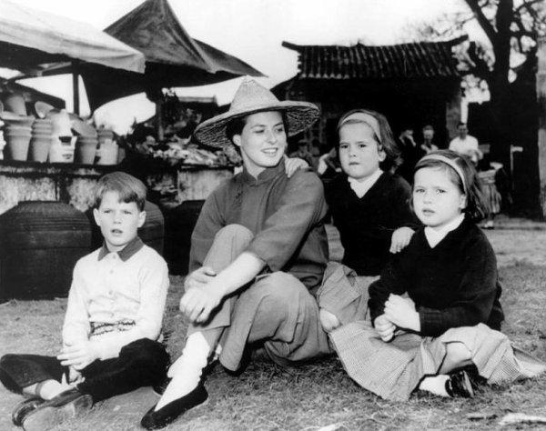 Femme avec quatre enfants