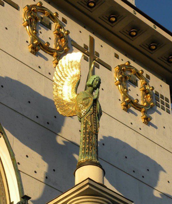 Ces anges aux ailes dorées, ces sobres vitraux
