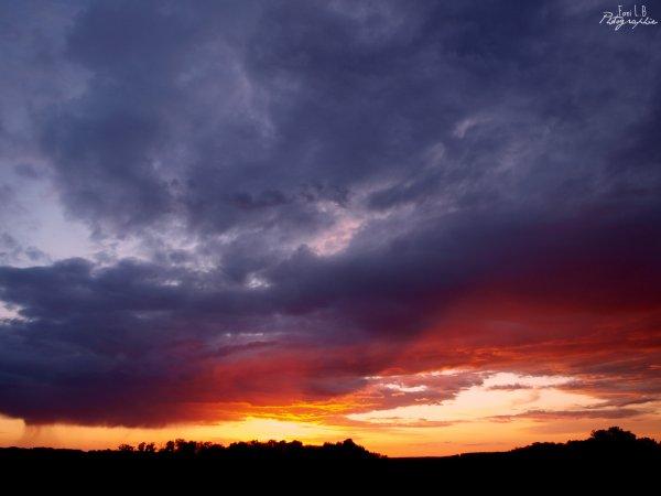 Le soleil se couche, la beauté dans le ciel se lève.