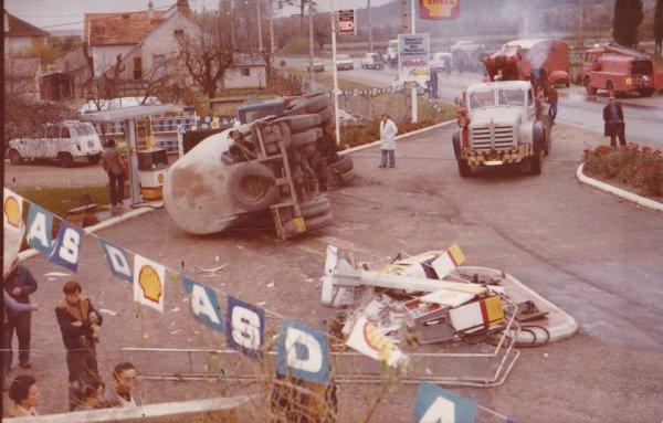 Accident sur la commune d'Estivareilles dans les année 70 . Pompiers de Montluçon sur les lieux . ( Photo Fabrice Berger ) .