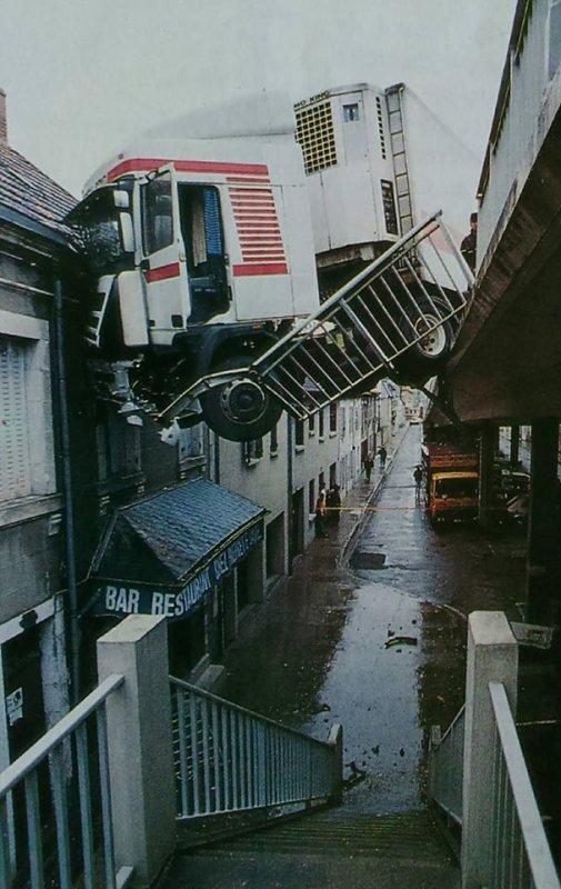 Le camion fous sur le pont supérieur a Montluçon en 1990 . Merci a Fabien pour la Photo .