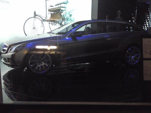 concept-car mercedes pris devant la vitrine mercedes a munich