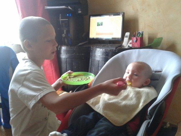 Mon grand qui fais manger sa petite soeur. ♥