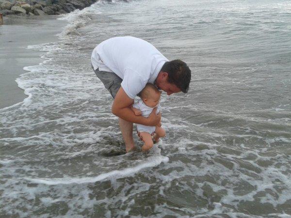 Sharon découvre la mer. ♥