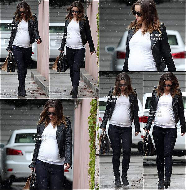 01/03/14 : C'est sous la flotte,  que la future maman a été vue quittant un  salon de coiffure, à Los Angeles.