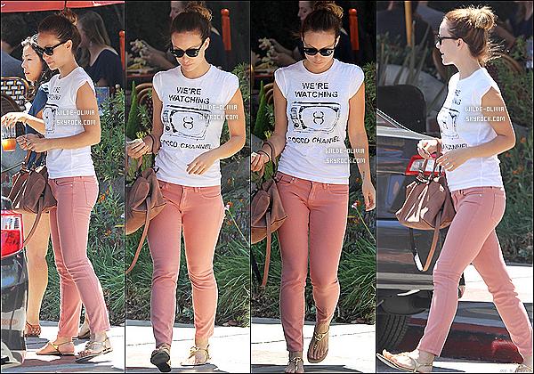 15/08/12 :  Olivia allait déjeuner seule au Alcove Cafe dans le quartier de Los Feliz à Los Angeles. Toujours fidèle à ses lunettes ! Concernant sa tenue j'adore son jean rose et puis elle reste très joli même sans maquillage :)