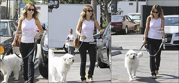 16/08/12  :  Olivia se rendait au Alcove Cafe pour y déjeuner avec quelques amis dans Los Feliz . J'aime beaucoup quand elle a les cheveux détachés ça lui va mieux ! Pour sa tenue ça reste relativement simple, un petit bof.