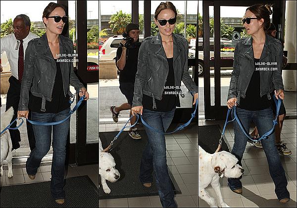 17/08/12  :  Olivia se rendait à l'aéroport  LAX de Los Angeles - suivie par les papz - avec son chien Paco. Concernant son look je suis fan de sa veste grise et même si c'est comme d'habitude une tenue assez simple, c'est un top :) .