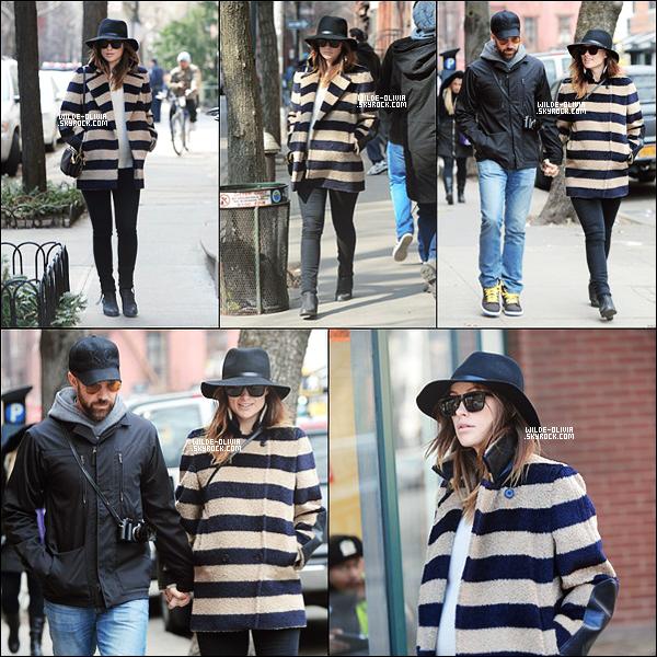 10/03/14 : Olivia et Jason Sudeikis étaient àun déjeuner en amoureuxà Manhattan, NYC. Ils ont célébré son anniversaire.Elle portait, une capeline noir super magnifique, avec un slim noir et des bottines à talon.